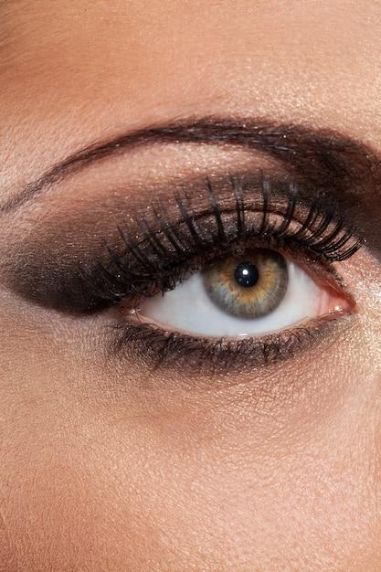 Closeup imagem do olho com maquiagem de noite Foto gratuita
