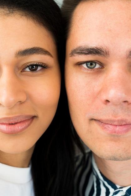 Closeup jovem casal atraente Foto gratuita