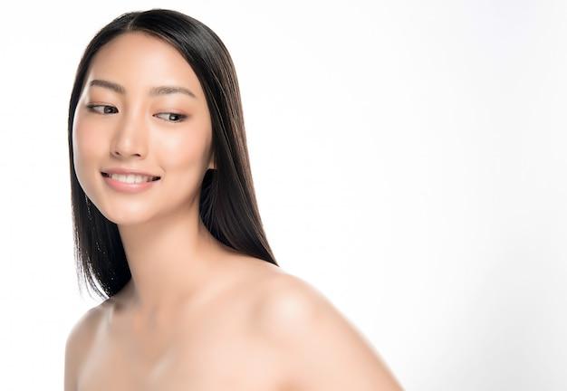 Closeup jovem sorridente rosto com pele limpa Foto Premium
