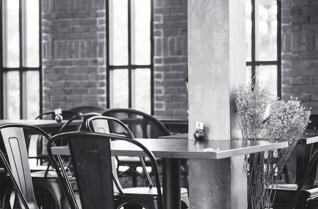 Closeup mesa no fundo de loja de café em tom preto e branco Foto Premium