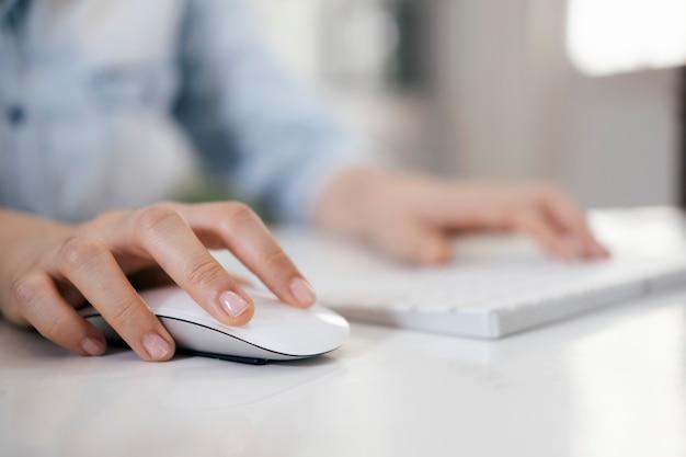 Closeup mulher usando o mouse do computador com o teclado do computador Foto Premium