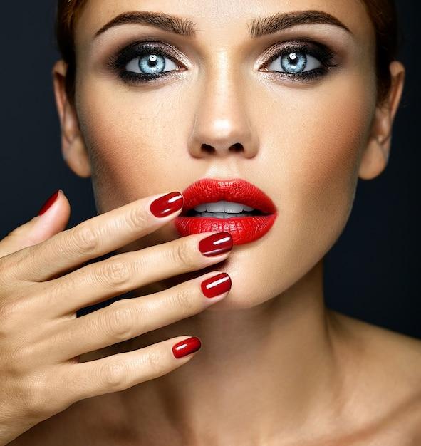 Closeup portrat de glamour sensual mulher bonita modelo senhora com maquiagem diária fresca Foto gratuita