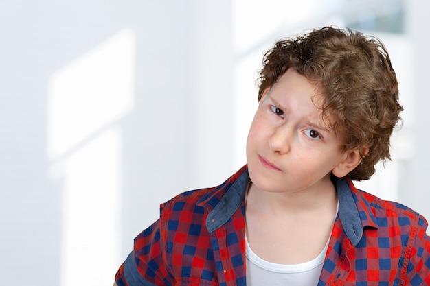 Closeup retrato de menino criança suspeita e cautelosa Foto Premium