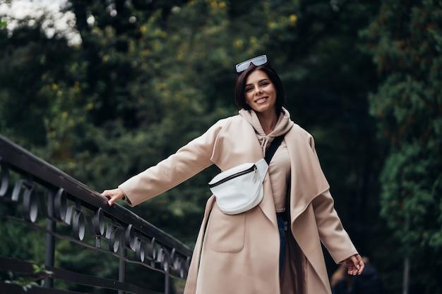 Closeup retrato de mulher bonita e elegante no parque. Foto gratuita