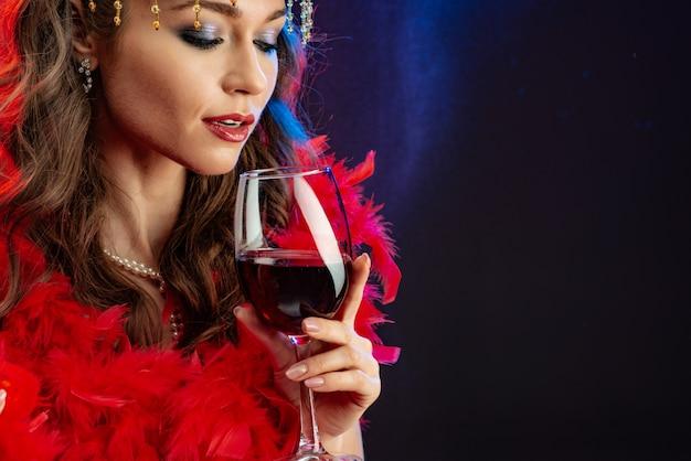 Closeup, retrato, de, um, mágico, excitado, mulher, com, um, vidro vinho vermelho Foto Premium