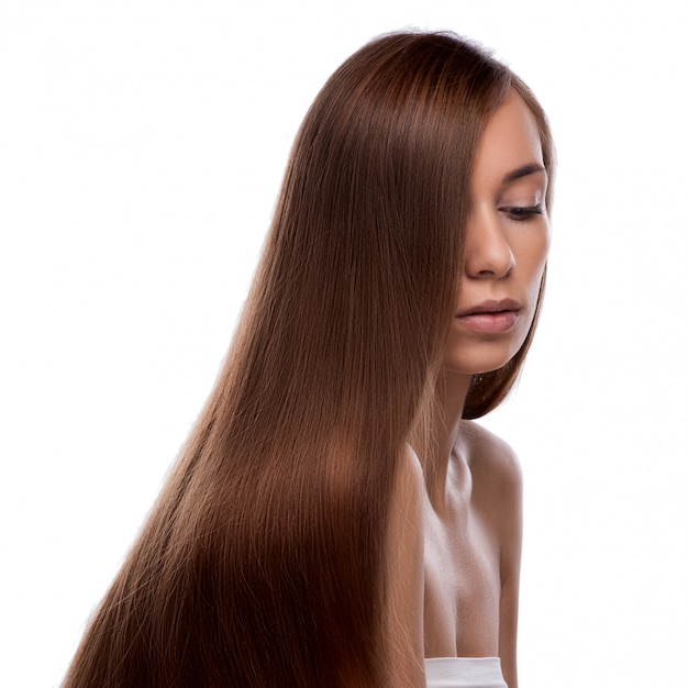 Closeup retrato de uma jovem bonita com cabelo longo brilhante e elegante Foto Premium