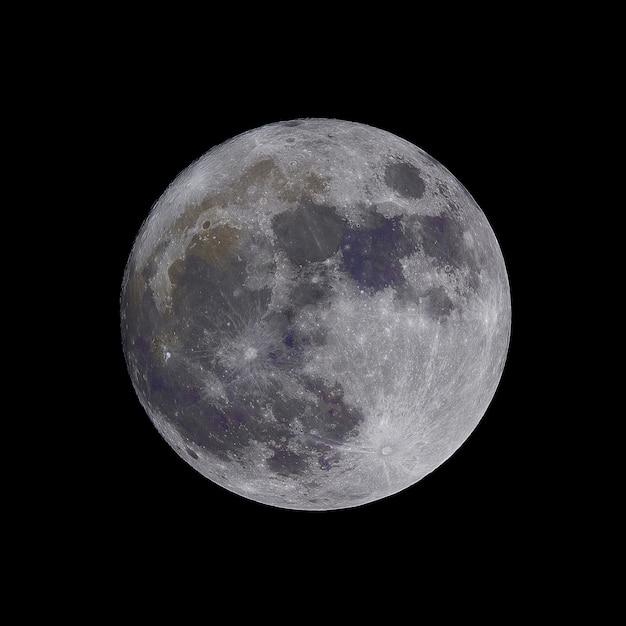 Closeup tiro da lua isolado em um fundo preto - ótimo para artigos sobre espaço Foto gratuita