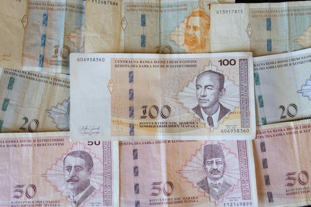 Closeup tiro das notas da moeda da bósnia e herzegovina espalhadas na superfície Foto gratuita