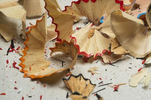 Closeup tiro de aparas de lápis coloridos em uma superfície suja Foto gratuita