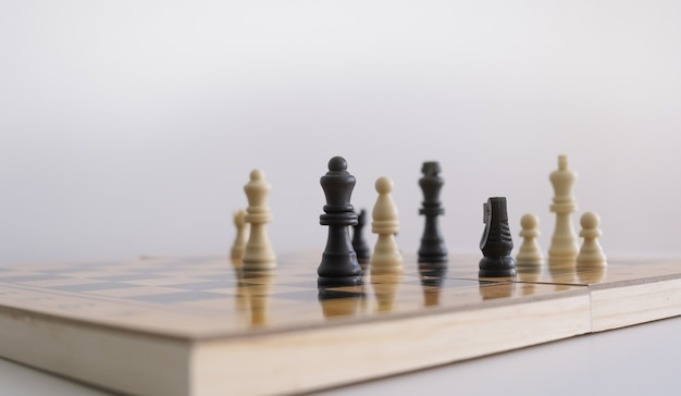 Closeup tiro de estatuetas de xadrez em um tabuleiro de xadrez Foto gratuita