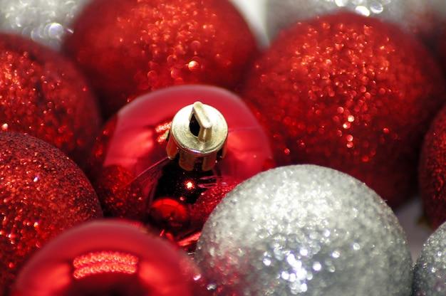 Closeup tiro de lindos enfeites de natal Foto gratuita