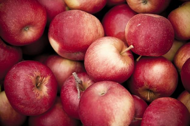 Closeup tiro de maçãs vermelhas em cima do outro Foto gratuita