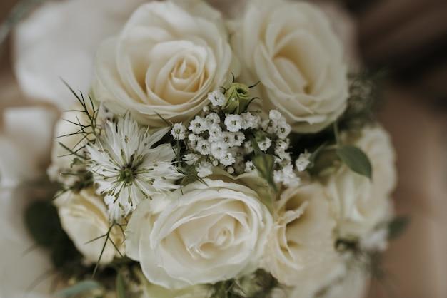 Closeup tiro de um buquê de flores de casamento branco Foto gratuita