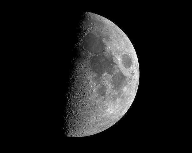 Closeup tiro de um eclipse lunar isolado no preto Foto gratuita