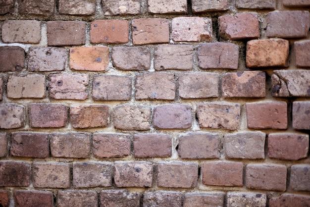 Closeup tiro de um muro de pedra vermelho empilhado Foto gratuita