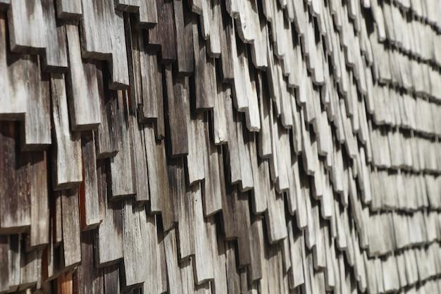 Closeup tiro de um telhado de madeira Foto gratuita