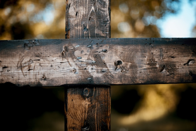Closeup tiro de uma cruz de madeira queimada Foto gratuita