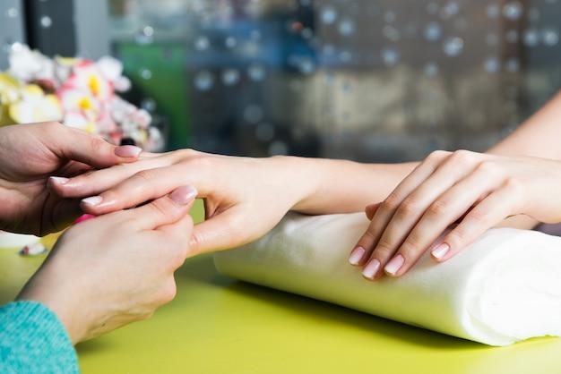 Closeup tiro de uma mulher em um salão de beleza recebendo uma manicure Foto Premium
