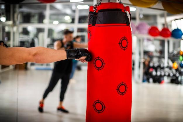 Closeup vista da mão do boxer Foto gratuita