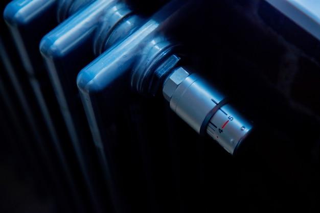 Closeup vista no radiador de metal cinza Foto Premium