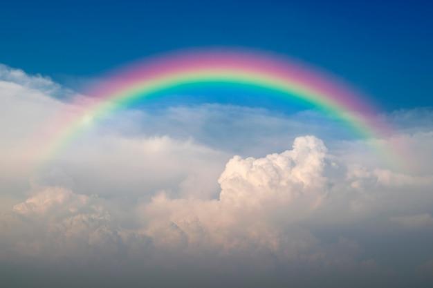Cloudscape com céu azul e nuvens brancas arco-íris Foto Premium