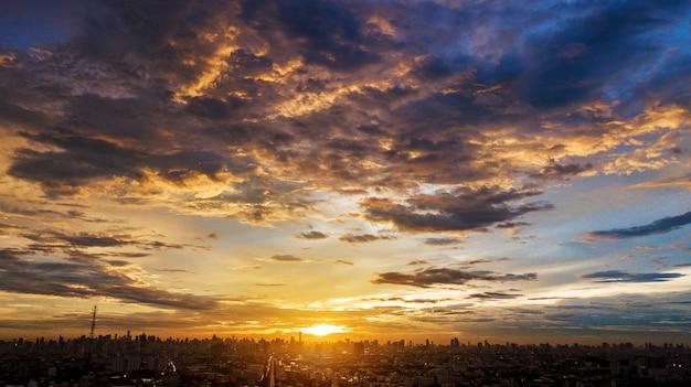 Cloudscape noite na cidade, pôr do sol colorido Foto Premium