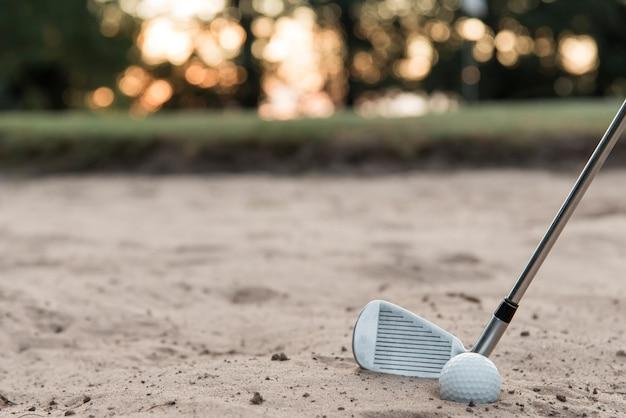 Clube e bola de golfe de alto ângulo Foto gratuita