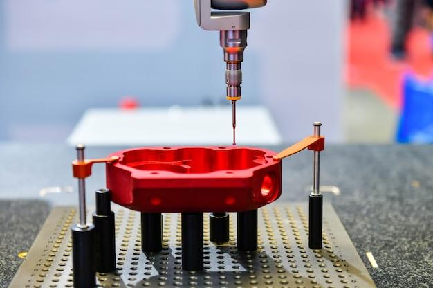 Cmm de máquina de medição coordenada automática para inspeção de peças de alta precisão durante o trabalho Foto Premium