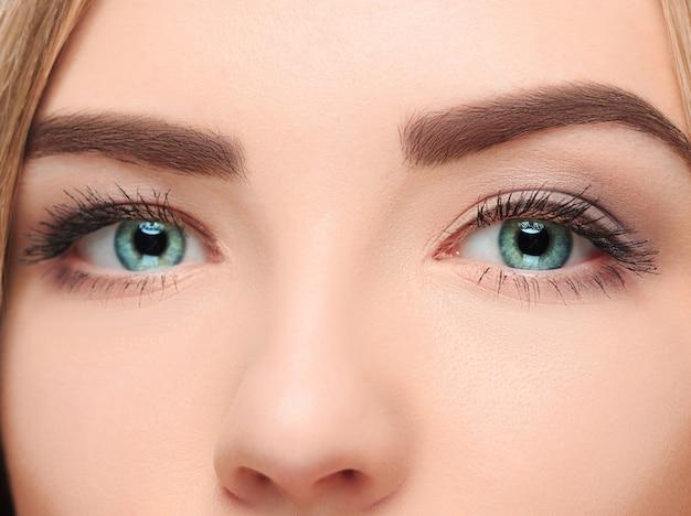 Co rosto perdedor de uma garota bonita com lindos olhos azuis Foto gratuita
