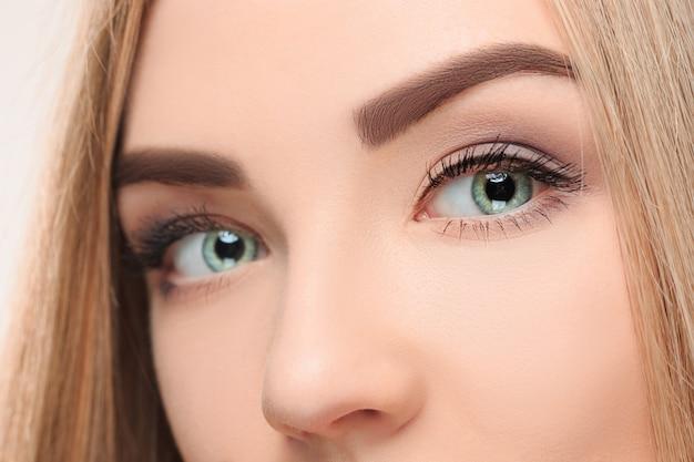 Co rosto perdido da menina bonita com lindos olhos azuis Foto gratuita