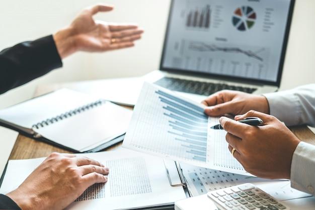 Co-working business team meeting planejamento estratégia análise investimento e economia Foto Premium