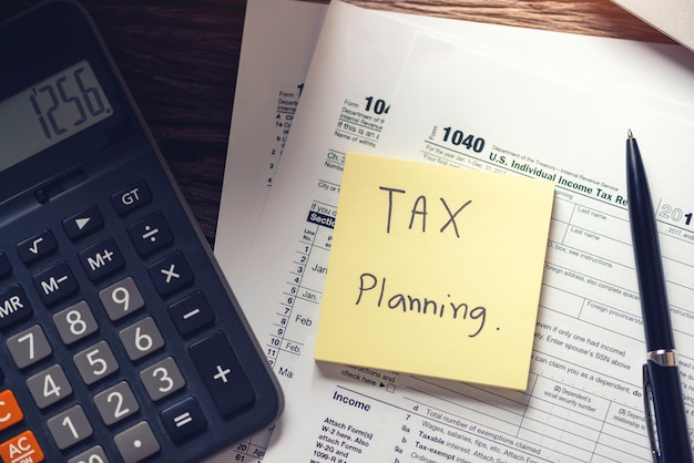 Cobrança de dívidas e planejamento tributário com nota de lembrete de calendário de prazo com o formulário de imposto 1040 conceitos de pagamento. Foto Premium