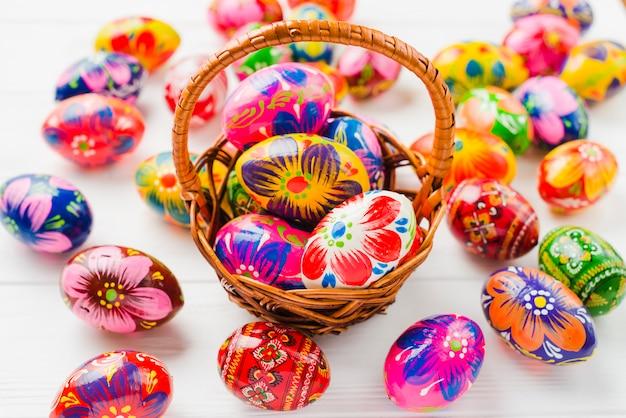 Cobrança, de, ovos páscoa, em, cesta Foto gratuita