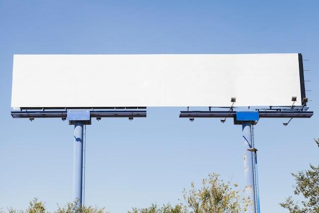 Cobrança de publicidade em branco grande contra o fundo azul Foto gratuita