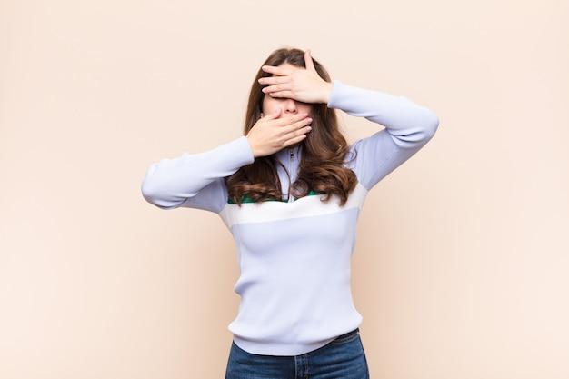 Cobrindo o rosto com as duas mãos, dizendo não à câmera! recusando fotos ou proibindo fotos Foto Premium