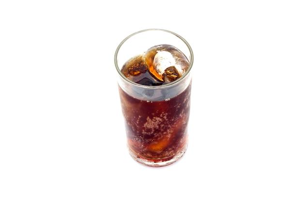 Coca-cola em copo com gelo no fundo branco Foto Premium