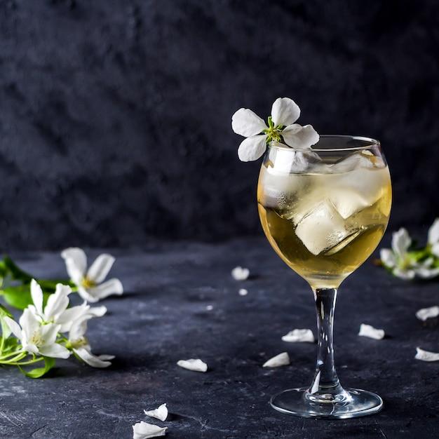 Cocktail alcoólico de maçã com vinho espumante em vidro Foto Premium
