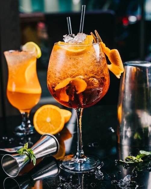 Cocktail coberto com fatia de laranja Foto gratuita