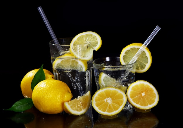 Cocktail com limões frescos Foto gratuita