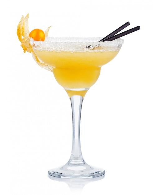 Cocktail de álcool amarelo com bagas de ganso isolado no branco Foto Premium