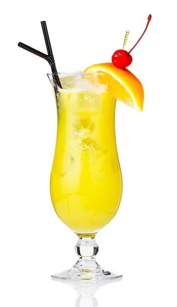 Cocktail de álcool amarelo com bagas e fatia de laranja isolado Foto Premium