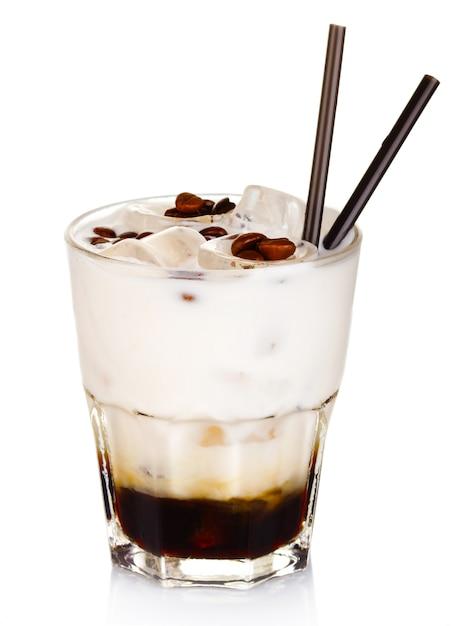 Cocktail de álcool branco russo isolado no branco Foto Premium