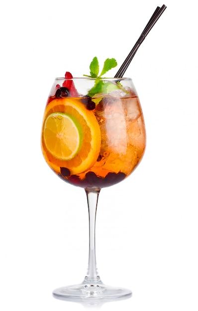 Cocktail de álcool com hortelã fresca e frutas isoladas Foto Premium