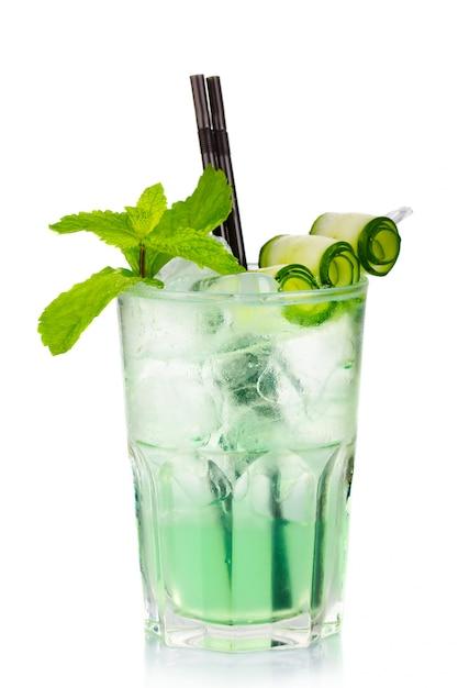 Cocktail de álcool verde com hortelã fresca e pepino isolado Foto Premium