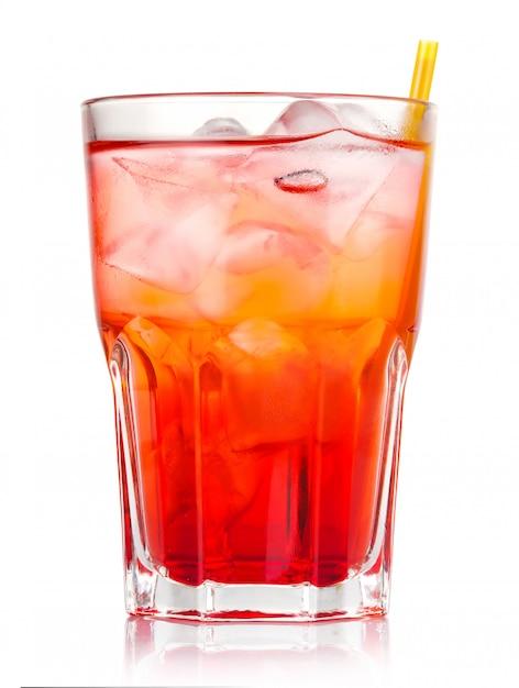 Cocktail de álcool vermelho com gelo e palha isolado Foto Premium