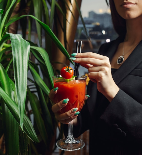 Cocktail de blood mary com tomate e gelo Foto gratuita