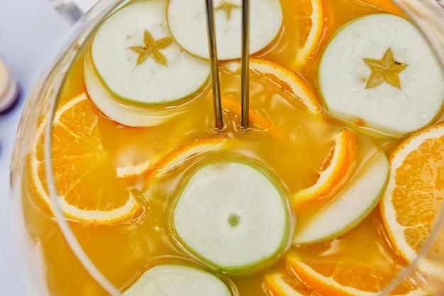 Cocktail de frutas feito de laranja e frutas cítricas. vista de cima Foto Premium