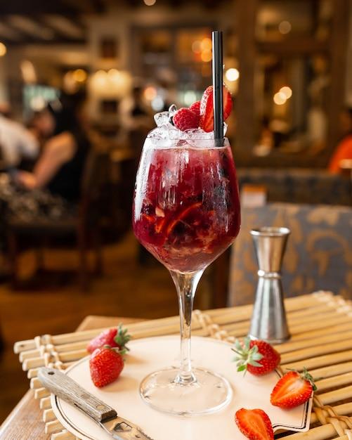 Cocktail de frutas frescas com gelo Foto gratuita