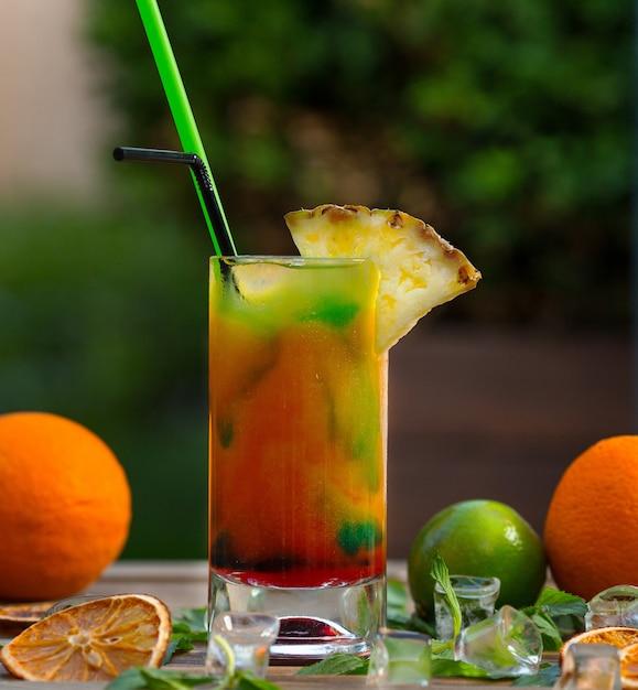 Cocktail de frutas mistas com suco de laranja, limão e abacaxi. Foto gratuita