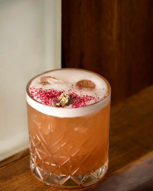 Cocktail de gengibre com gelo em cima da mesa Foto gratuita